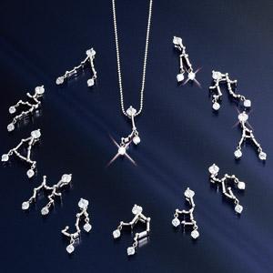クロスフォーNY胸元を飾る星座ペンダント画像